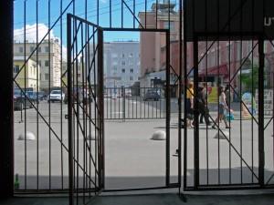 Zugang zu einer ehemaligen Schufabrik, in der heute ein Avantgarde-Theater zuhause ist